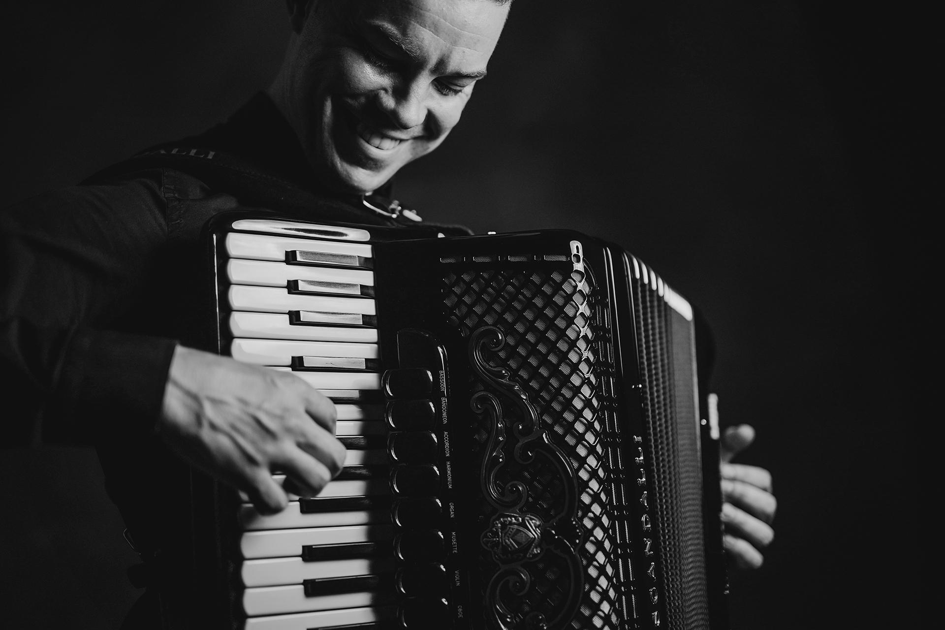 Daniel Pustički tamburaši Legende. Svira harmoniku i naš je vokal.